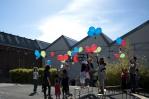 Lâcher de ballons et graines devant les Laboratoires, 25 mai 2011. Crédit Ouidad